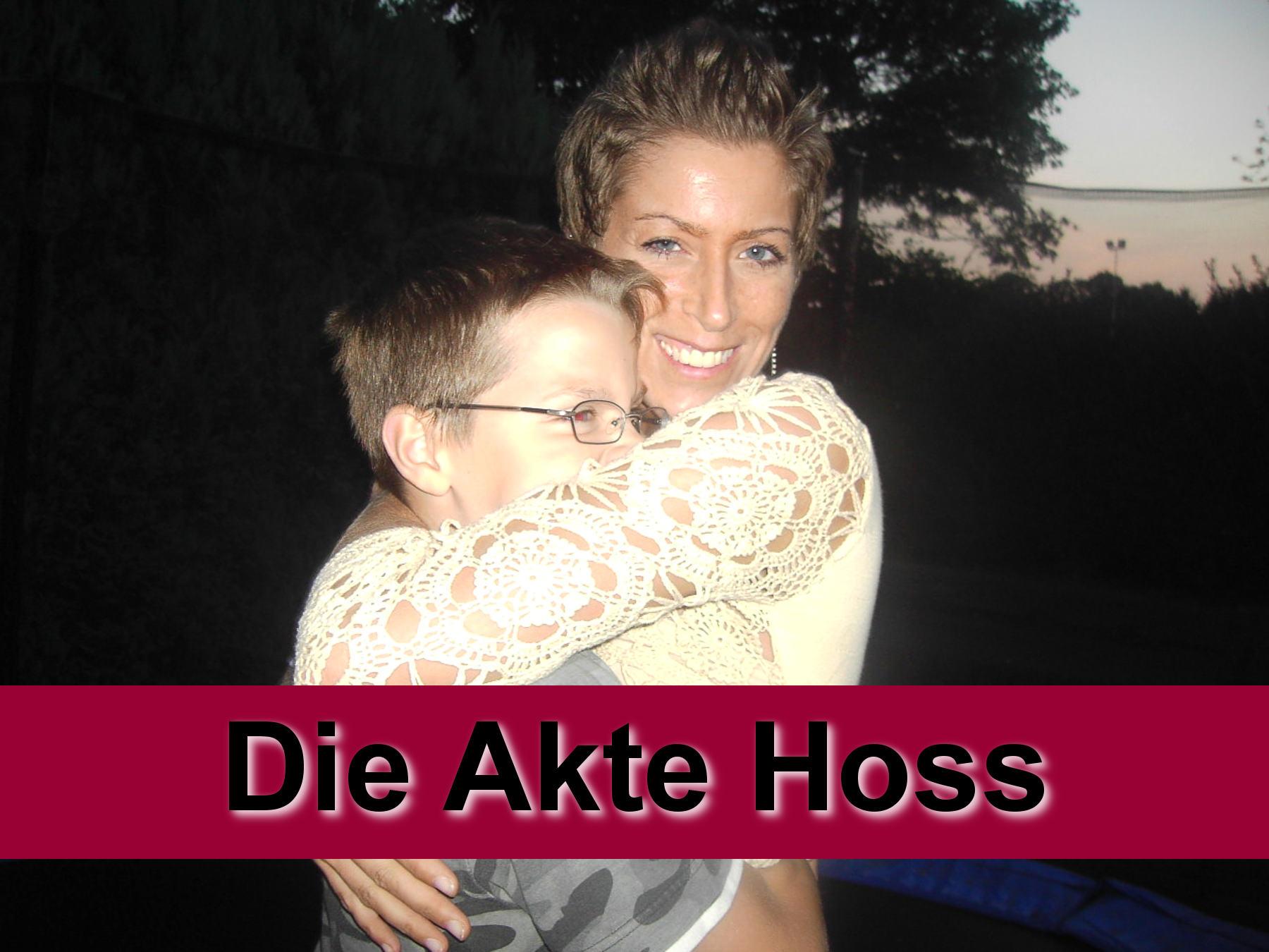 Mutter Sabine Tebruck und ihr Sohn nach der Rückholzung des Kindes